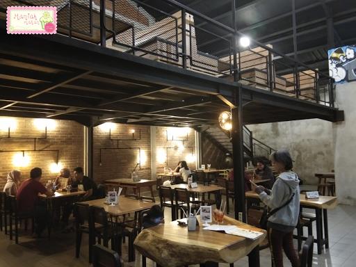 maniak-makan-bnd-pizza-solo-interior