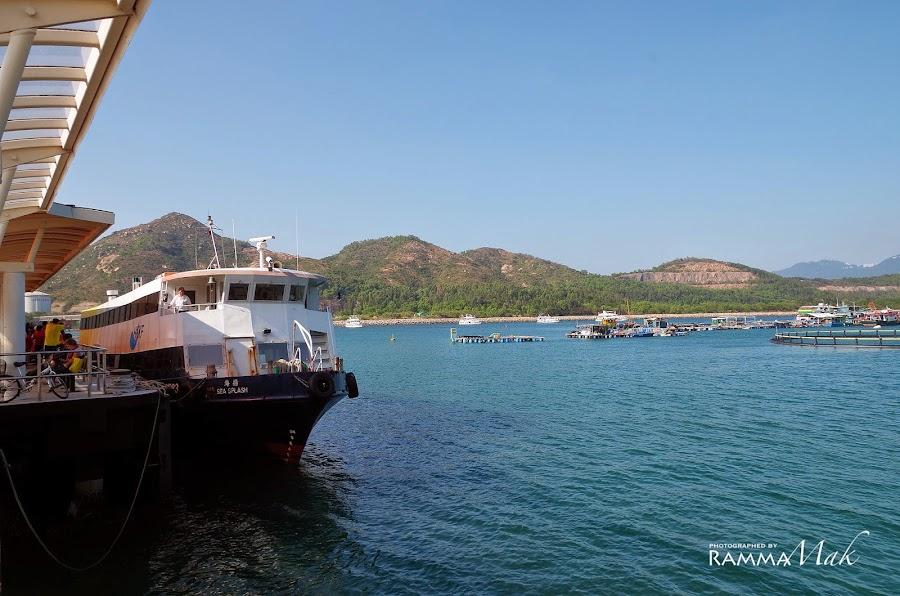 索罟灣碼頭的渡輪與藍天
