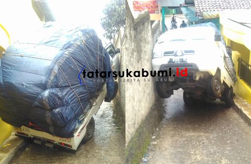 Mobil Pick-Up Terangkat dan Terselip di Parungkuda