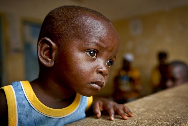 Gambar anak kecil yang sedang melongo