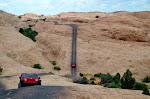 """Das wirkt auf den Fotos nicht so steil - war es aber! Meistens sah man durch die Windschutzscheibe nur den Himmel. Wir hatten übrigens nicht so einen roten """"einfachen"""" Jeep..."""
