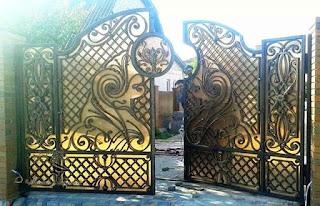 pintu pagar besi tempa dua daun sangat cocok untuk rumah model klasik, minimalis, modern, sederhana