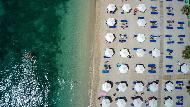 Tagesspiegel: Η Ελλάδα ανοίγει για τουρίστες