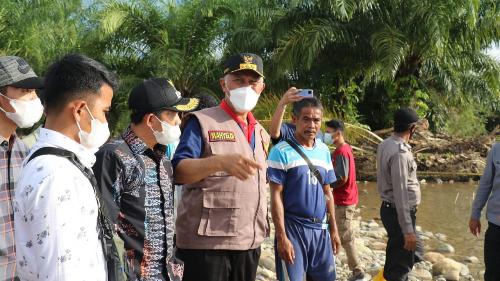 Warga Tapan Gembira Buya Mahyeldi Terjun Langsung Tinjau Bencana Alam di Pessel