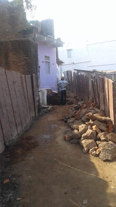 अबैध रूप से मंदिर के पास मे बनाया जा रहा शौचालय
