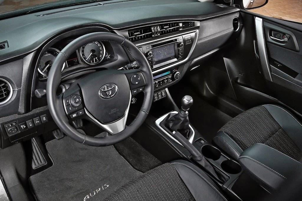 2013-Toyota-Auris-24