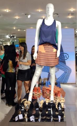 f99bec5ed97 As saias em tricô com estampas e cartela de cores lindas. As sandálias com  preços ótimos e as cores para compor os looks.