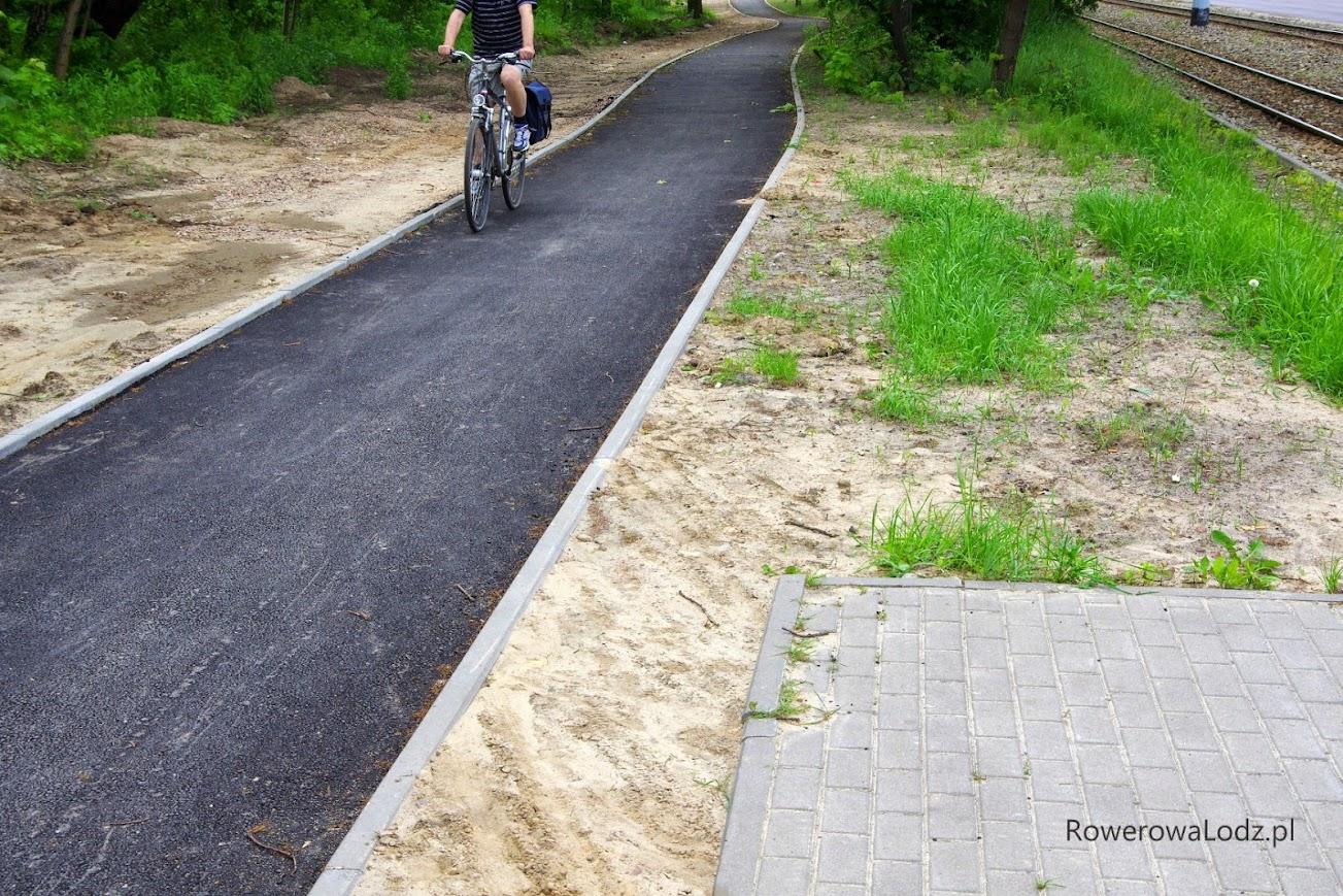 Mimo, że to dopiero pierwsza warstwa asfaltu, to rowerzyści już korzystają.
