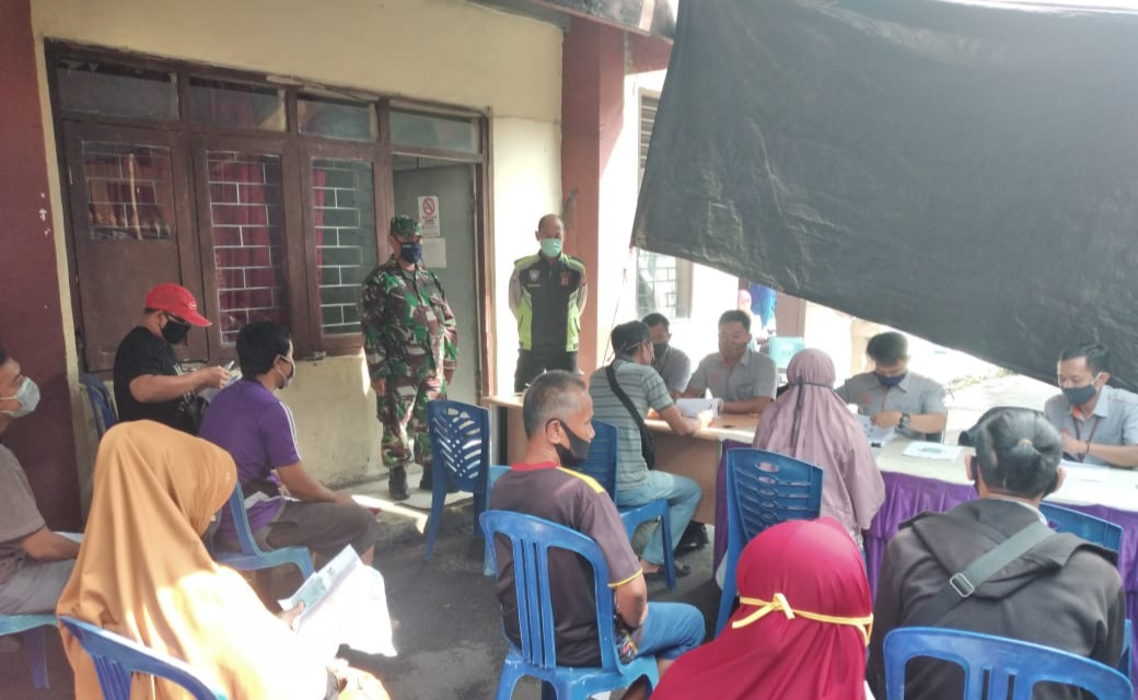 Terapkan Prokes, Personel Polsek Bogor Timur Kawal Penyaluran Bantuan dari Kemensos