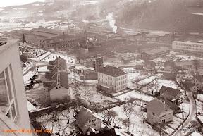 Pogled na staro šolo, zdajšnjo Mestno hišo in Železarno Ravne