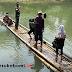 Tidak Punya Jembatan, Warga 2 Kecamatan di Sukabumi Lintasi Sungai Menggunakan Rakit