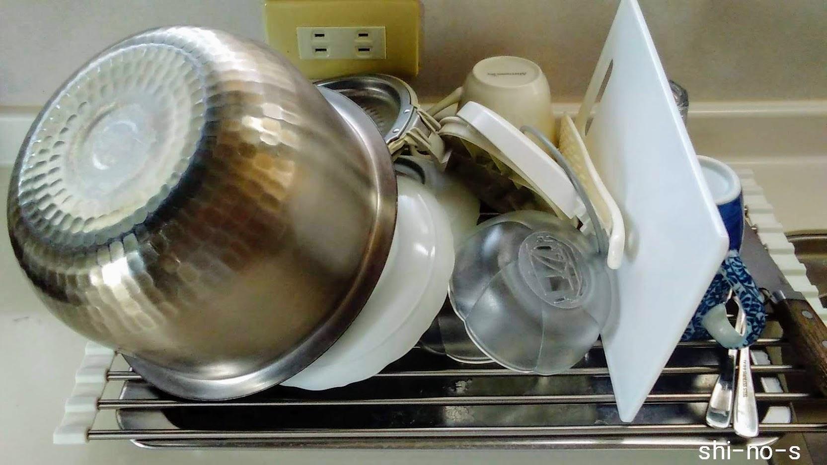水切りかごに洗い物がどっさり