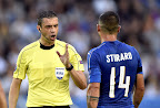 Kassai Viktor játékvezető (b) és az olasz Stefano Sturaro  a franciaországi labdarúgó Európa-bajnokság negyeddöntőjének Németország - Olaszország mérkőzésén, Bordeaux, 2016. július 2-án. (MTI Fotó: Illyés Tibor)