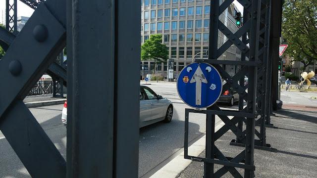 brookbrücke hamburg schild beklebt = urban art