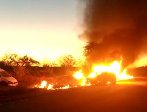 Jacobina: Carro pega fogo após batida na BR 324, entre Lages do Batata e Ourolândia
