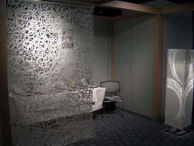 大阪産業創造館で開催のトラディショナルクールフェアの出展風景。ブースにはらせん状の連続柄で、穴の開いた、透け感のある大判和紙を使って空間演出