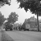 People of Aalst standing in front of a clearly marked Hospital treating the vehicles of the Guards Armoured Division. In fron Sexton self-propelled guns, probably from the 153rd Field Artillery Regiment. Date: September 18, 1944. Photographer: Willem van de Poll. Source: Dutch National Archive