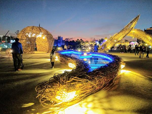 2018台灣燈會決不能錯過的亮點:最具藝術創意與在地連結及未來性的農創再生燈區用7000多根竹子,耗時三個月完成,以阿里山茶葉(一心二葉)為創意的作品--人在艸木間