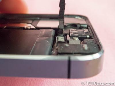 Touch IDケーブルソケットの片側が浮いていた