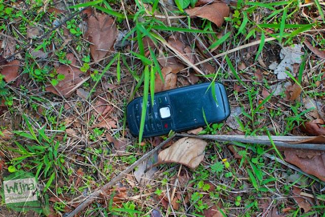 handphone yang menjadi tumbal dalam perjalanan menuju Gua Lawa yang ada di Dusun Nogosari, Selopamioro, Imogiri, Bantul, Yogyakarta