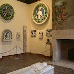 Château d'Ecouen : salle des sculptures avec gisant de marbre au centre