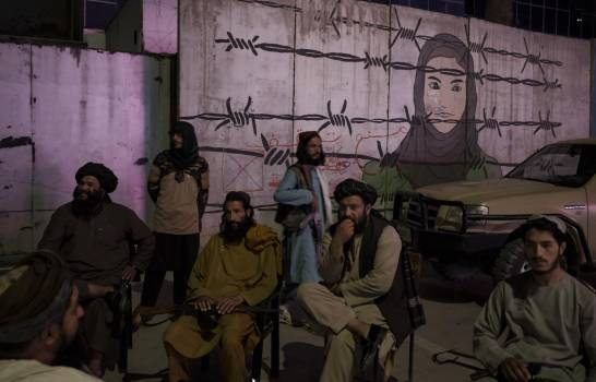 Talibanes prohíben a barberos cortar la barba a sus clientes
