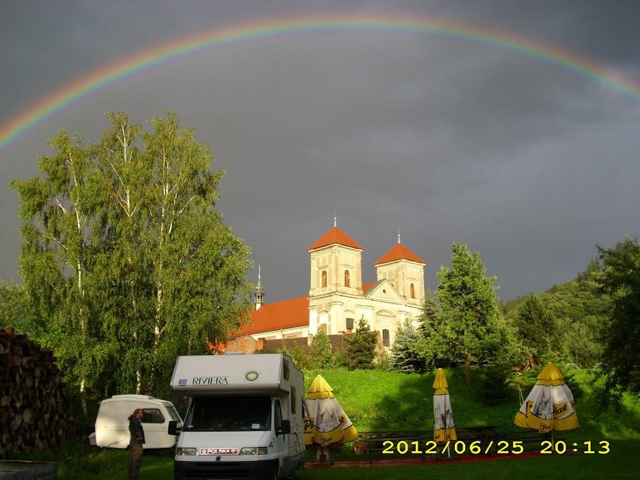 Foto campera na tle zamku
