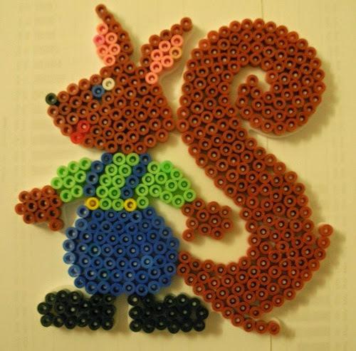Hình ảnh bạn Sóc vui vẻ trong bộ đồ chơi xếp hình Hama Squirrel