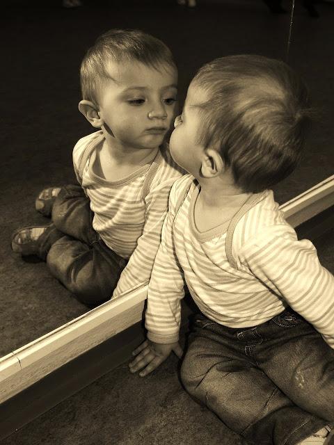 La mirada de un niño reconociéndose en el espejo.