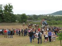 A lovasok a kezdésre várnak.jpg