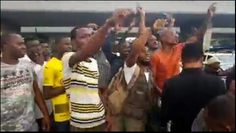 [VIDEO]: Tension Rocks S'West As #RevolutionNow Protest kicks off In Lagos, Nig. Police Ready To Shoot