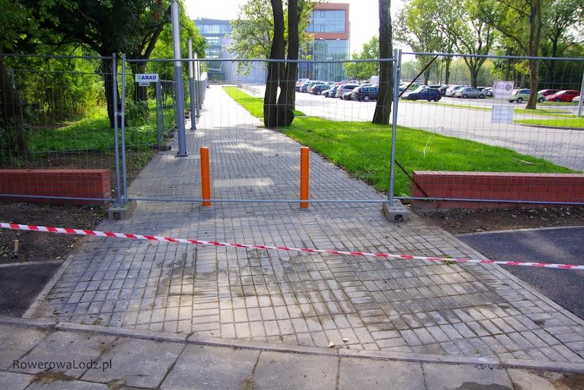 Z jednej strony niezrozumiały brak ciągłości w nawierzchni drogi dla rowerów. Ale mając na uwadze, że tu może wychodzić wielu pieszych to chyba dobrze w ten sposób zwrócić uwagę rowerzystów.