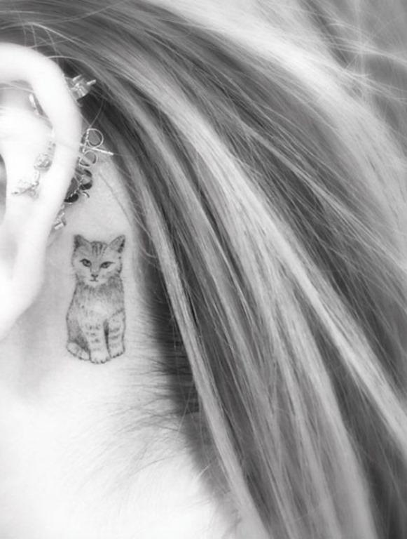 Este atrás da orelha tatuagem