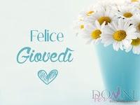 buon giovedi felice giovedi immagine con frase aforismo margherite fiori vaso.jpg