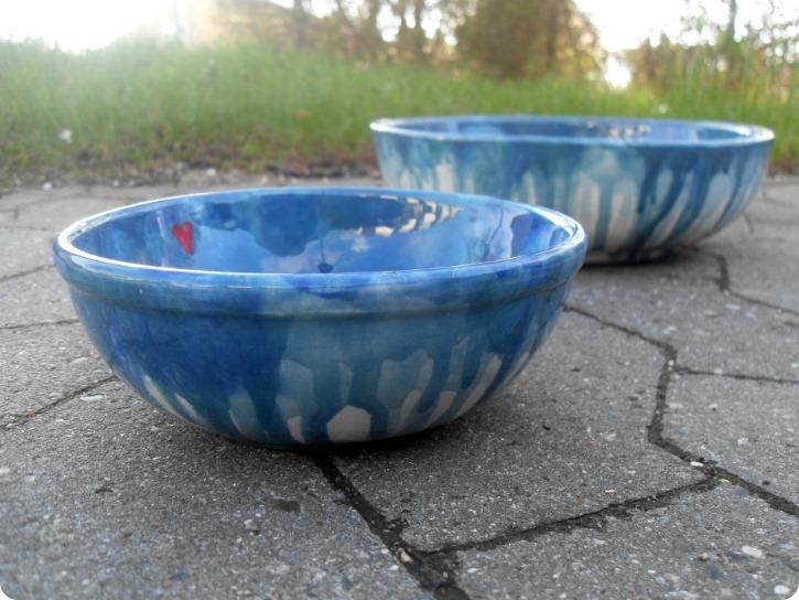 To blå skåle