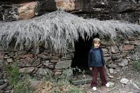refugio recostruido en la senda que visita los abrigos rupestres