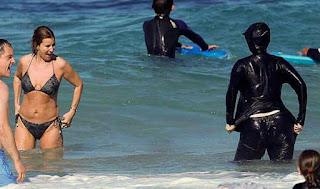 À la piscine des «Sablettes» d'Alger, le burkini est à l'aise et le bikini n'a pas de problème