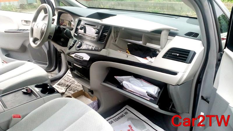Toyota Sienna的手套箱也是一個字:大,又大又多,從上到下分為三層