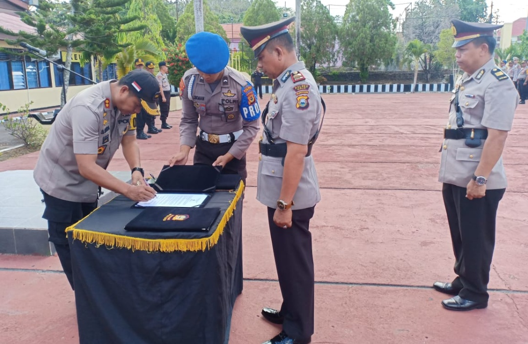 Kapolres Sinjai Pimpin Upacara Serah Terima Jabatan Kapolsek Sinjai Borong