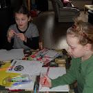 Lisa en Emma werken thuis aan hun insigne Koken