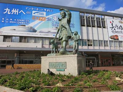 岡山駅前の桃太郎の銅像