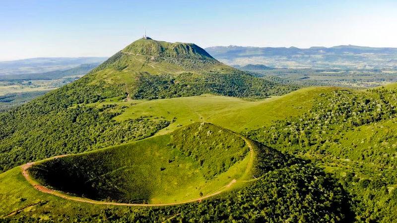 Puy de Pariou met de Puy de Dôme.jpg