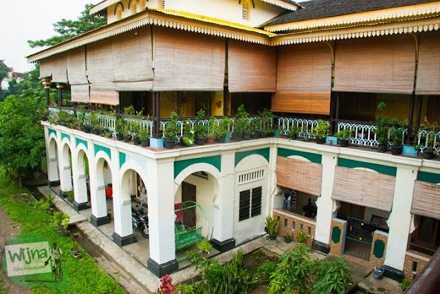 Warga keturunan Kesultanan Deli tinggal di dalam Istana Maimoon berdesak-desakan