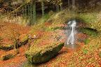 ON NE JETTE PAS DE CAILLOUX !?Bloc calcaire au pied de la cascade de Pissevieille (vallée de la Bienne)