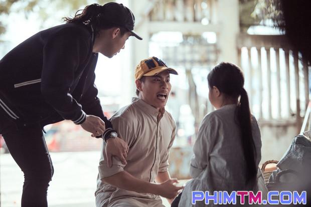 Trấn Thành tạo nét cùng Kiều Minh Tuấn trên phim trường Nắng 2 - Ảnh 1.