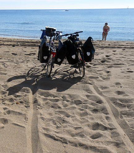 Die Räder beobachten Miris Gang ins Meer in Marbella, Andalusien