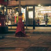 Сидя у окна в местной кафешке узрели странную картину: перед трамваями стояла молодая девушка в красивом вечернем платье. Чуть позже к ней присоединился молодой человек в костюме, а сбоку я увидел фотографа. Оказалось, в Гонконге у новобрачных есть традиция делать фотографическую lovestory на фоне трамваев.