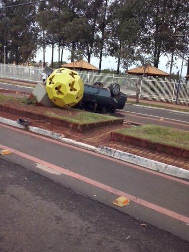 """Tempra bate em poste e capota na Avenida """"Paulo Nunes""""."""