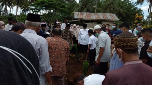 Gubernur Mahyeldi Lepas Jenazah Nurhayati, Dimakamkan Koto Nan Ampek Payakumbuh.