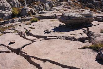 """Photo: Belle dalle en pente due à l'érosion des eaux... qui ont utilisé toutes les petites failles disponibles pour la fracturer... en """"oubliant"""" le rocher central, sans doute un peu plus résistant."""